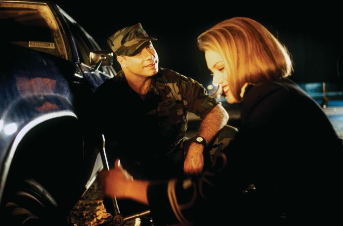 Leslie Stefanson در صحنه فیلم سینمایی دختر ژنرال به همراه جان تراولتا