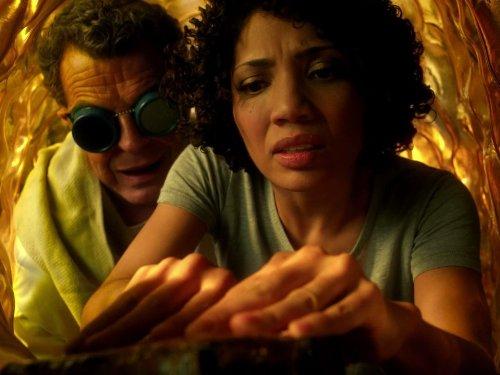 جان نوبل در صحنه سریال تلویزیونی فرینج به همراه Jasika Nicole