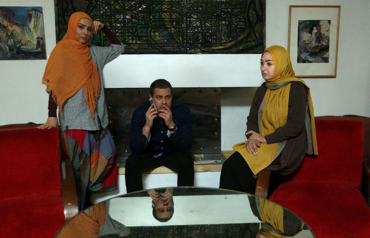 سارا نازپرور صوفیانی در صحنه سریال تلویزیونی روزهای بیقراری به همراه الهام حمیدی و پژمان بازغی