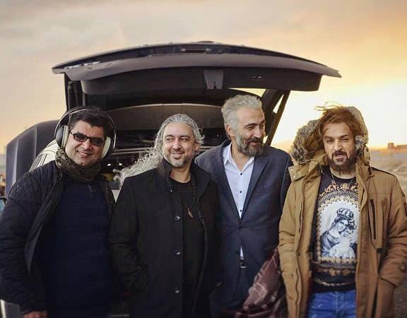 مازیار فلاحی در پشت صحنه فیلم سینمایی کاتیوشا به همراه هادی حجازیفر، احمد مهرانفر و علی عطشانی