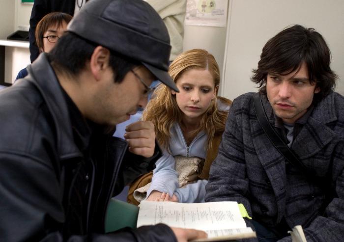 Takashi Shimizu در صحنه فیلم سینمایی کینه به همراه Jason Behr و سارا میشل گلر