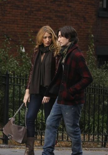 John Patrick Amedori در صحنه سریال تلویزیونی دختر شایعه ساز به همراه بلیک لیولی