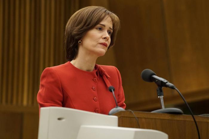 سارا پاولسون در صحنه سریال تلویزیونی داستان جنایت آمریکایی
