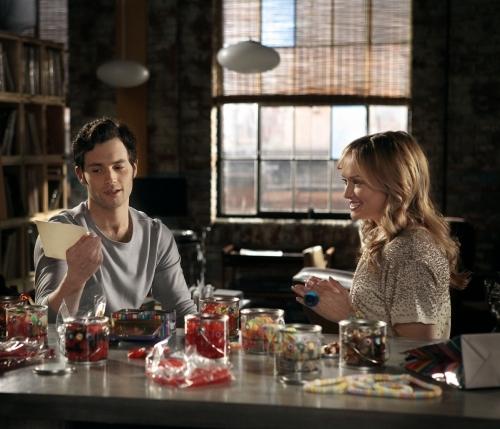 Kaylee DeFer در صحنه سریال تلویزیونی دختر شایعه ساز به همراه Penn Badgley