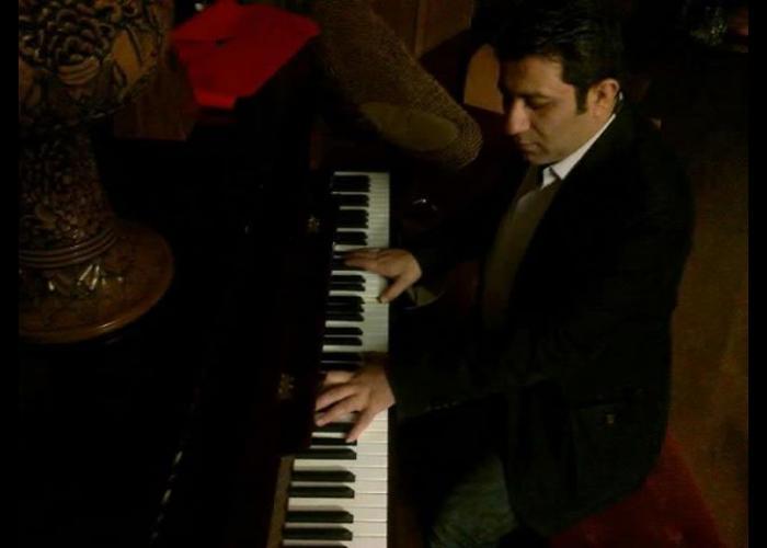 تصویری از فرشید وحدت، آهنگ ساز سینما و تلویزیون در حال بازیگری سر صحنه یکی از آثارش