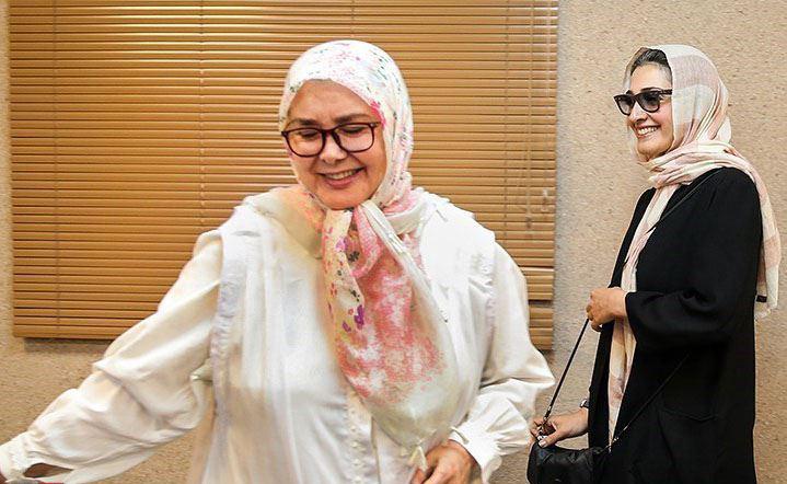 آفرین عبیسی در نشست خبری سریال تلویزیونی تنهایی لیلا به همراه مینا ساداتی