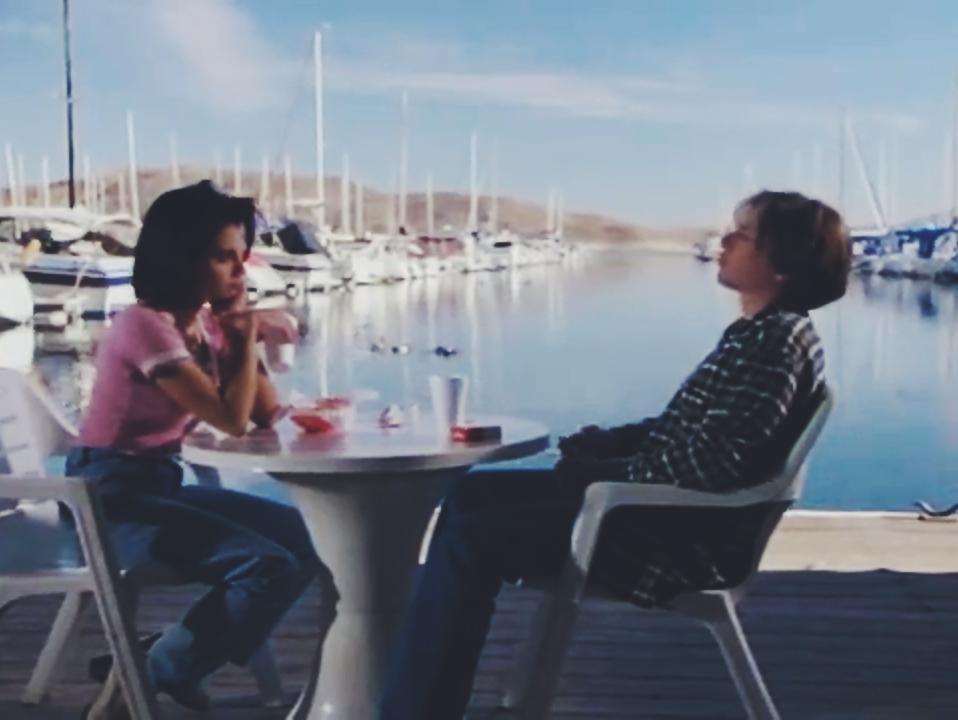 Jeremy Jordan در صحنه فیلم سینمایی Falling Sky به همراه بریتانی مورفی