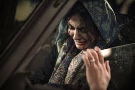 لیندا کیانی در صحنه فیلم سینمایی دیدن این فیلم جرم است