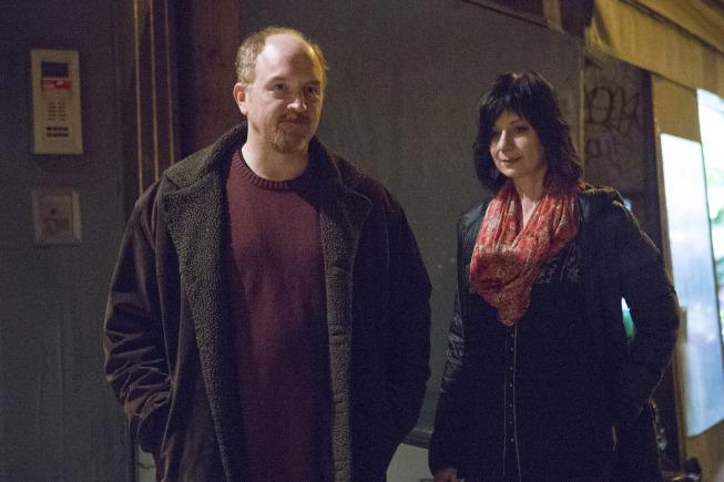 Eszter Balint در صحنه سریال تلویزیونی لوئی به همراه لوئیس سی کی