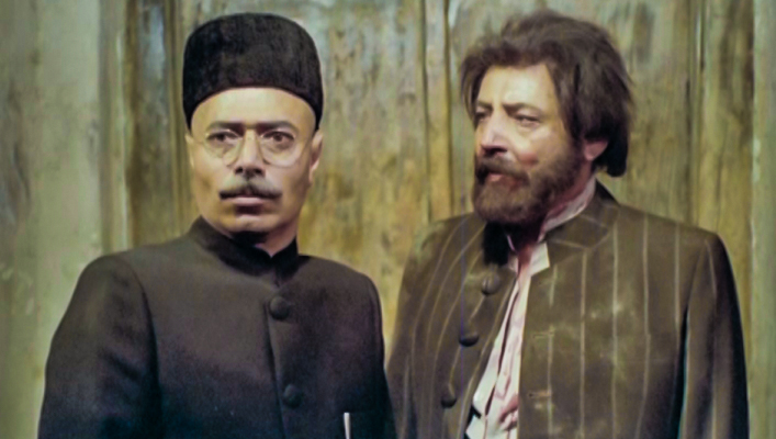عبدالحسین گیل در صحنه سریال تلویزیونی هزار دستان به همراه علی نصیریان