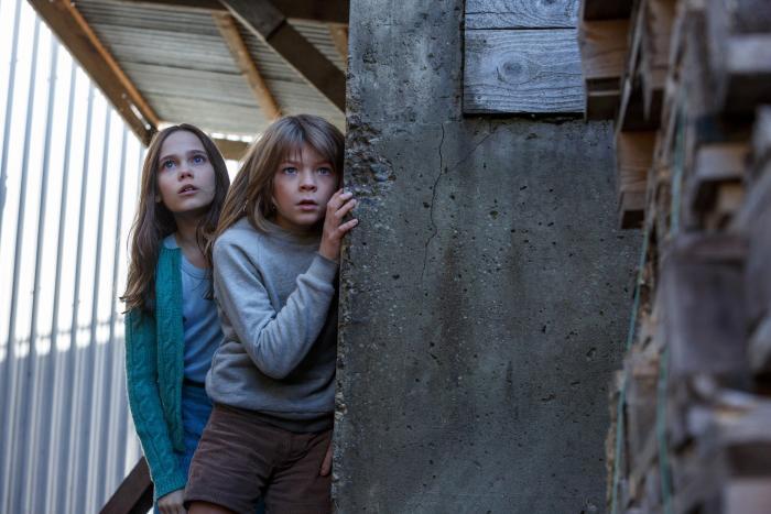 Oona Laurence در صحنه فیلم سینمایی اژدهای پیت به همراه Oakes Fegley