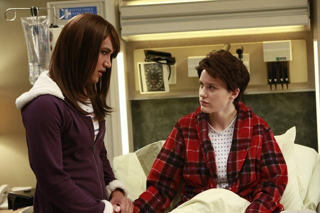 Matt Pascua در صحنه سریال تلویزیونی آناتومی گری به همراه Rachel Brosnahan