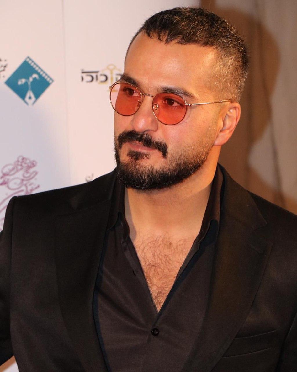 تصویری از میلاد کیمرام، بازیگر و مهمان سینما و تلویزیون در حال بازیگری سر صحنه یکی از آثارش