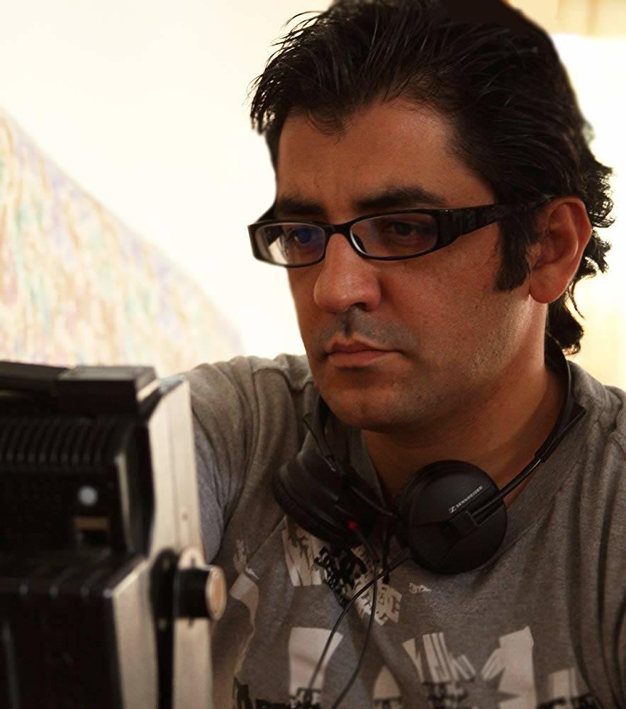 تصویری از نیما جاویدی، نویسنده و کارگردان سینما و تلویزیون در پشت صحنه یکی از آثارش