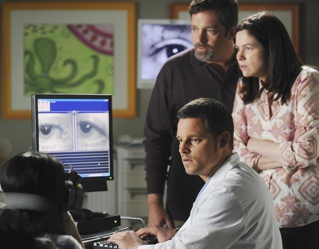 Jonathan Goldstein در صحنه سریال تلویزیونی آناتومی گری به همراه Amy Farrington و Justin Chambers
