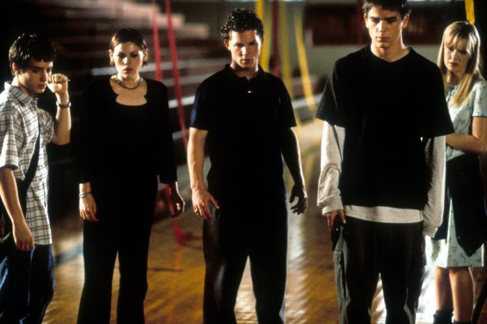 Laura Harris در صحنه فیلم سینمایی کادر آموزشی به همراه کلیا دووال، Josh Hartnett، Shawn Hatosy و الیجاه وود