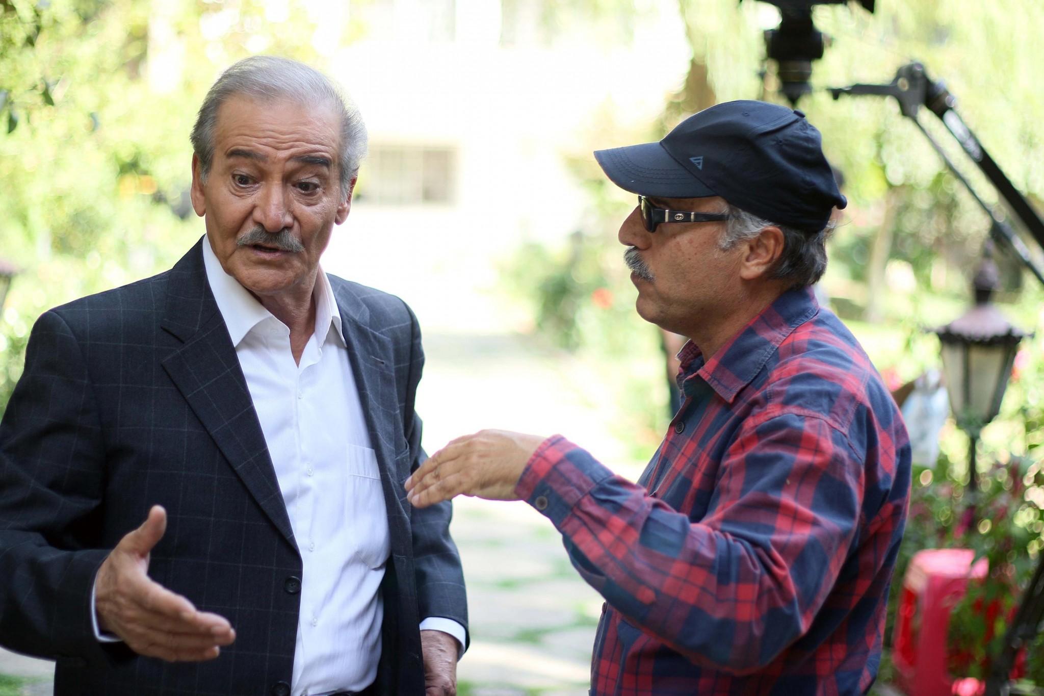 جواد ارشاد در پشت صحنه سریال تلویزیونی دوردستها به همراه سیامک اطلسی