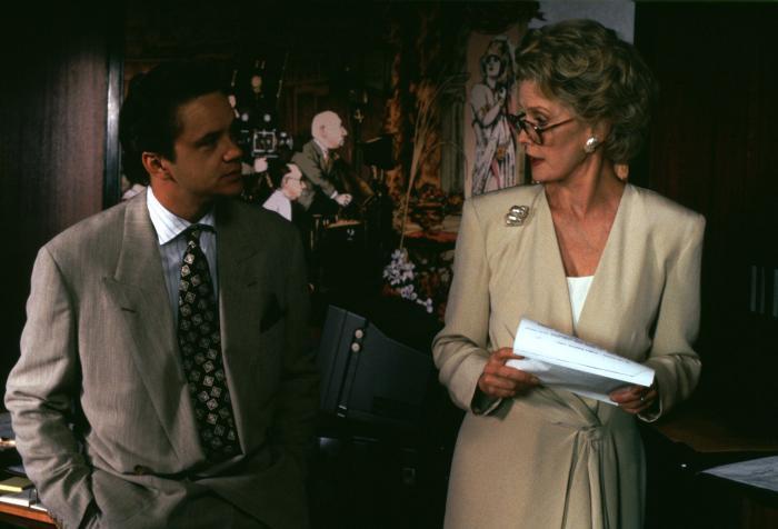 Dina Merrill در صحنه فیلم سینمایی The Player به همراه تیم رابینز