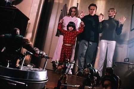 آنا مگنوسون در صحنه فیلم سینمایی سربازان کوچک به همراه Jacob Smith، Wendy Schaal و Phil Hartman