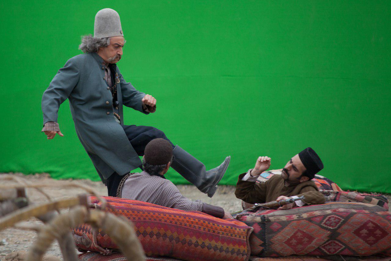 تصویری از افشین قدیمی، بازیگر سینما و تلویزیون در حال بازیگری سر صحنه یکی از آثارش