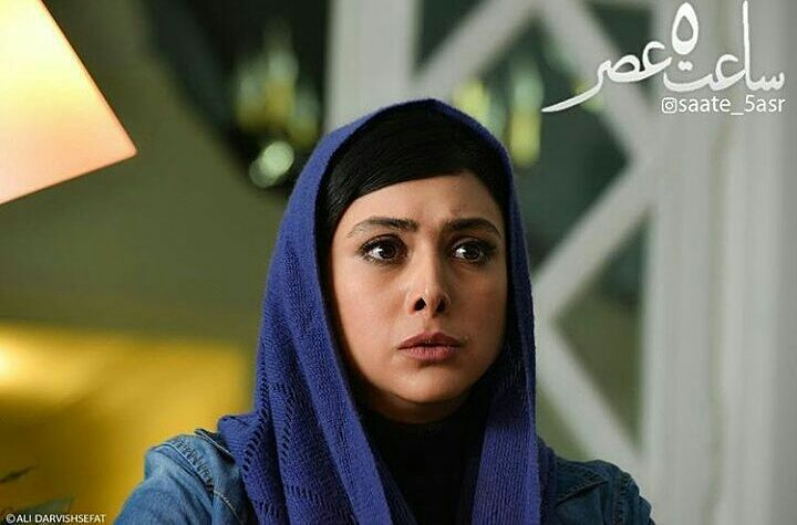 آزاده صمدی در نمایی از فیلم سینمایی ساعت 5 عصر