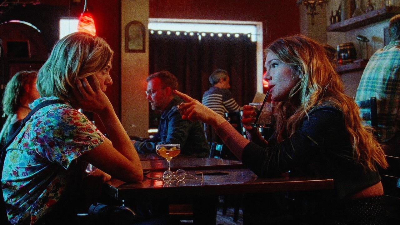 آنالیگ تیپتون در صحنه فیلم سینمایی Golden Exits به همراه Lily Rabe