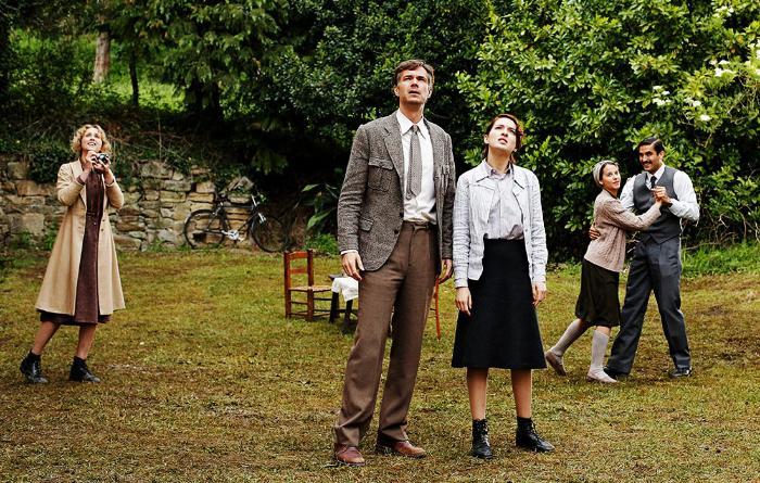 Ingrid García Jonsson در صحنه فیلم سینمایی Guernica به همراه جیمز دارسی، María Valverde و Irene Escolar