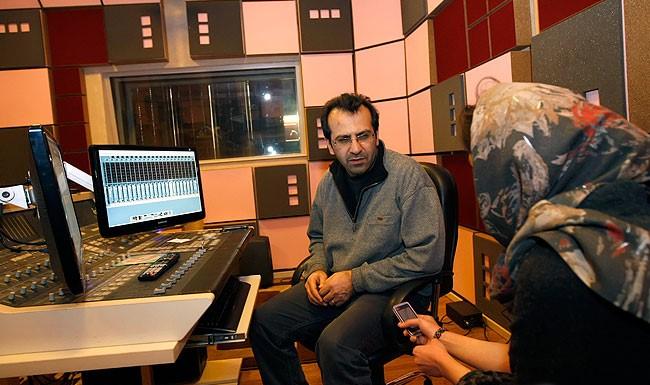 تصویری از بهمن اردلان، صدابردار و صداگذاری سینما و تلویزیون در پشت صحنه یکی از آثارش