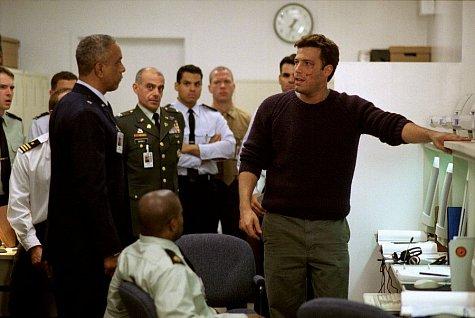 Philip Akin در صحنه فیلم سینمایی همه ترس ها به همراه بن افلک