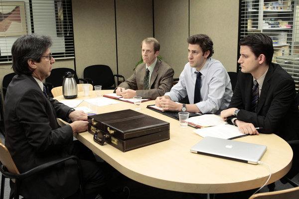 ری رومانو در صحنه سریال تلویزیونی اداره به همراه زک وودز، Paul Lieberstein و جان کرازینسکی