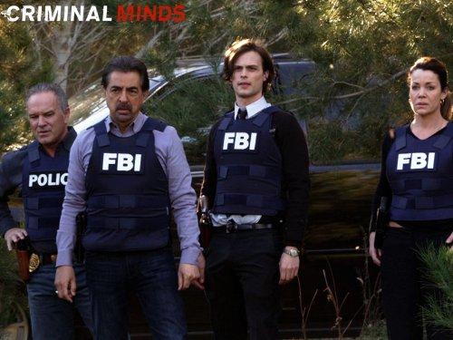 John Posey در صحنه سریال تلویزیونی ذهن های مجرم به همراه Claudia Christian، Joe Mantegna و Matthew Gray Gubler