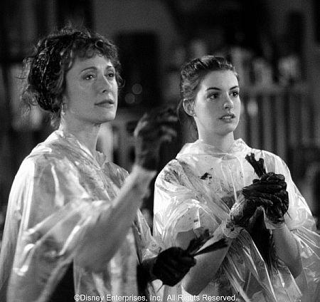 کارولین گودال در صحنه فیلم سینمایی دفتر خاطرات شاهزاده خانم به همراه ان هتوی