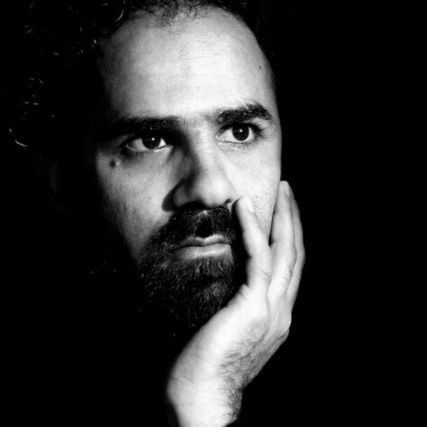 تصویری از حمید رضا عامری، بازیگر و دستیار صحنه سینما و تلویزیون در حال بازیگری سر صحنه یکی از آثارش