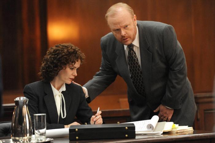سارا پاولسون در صحنه سریال تلویزیونی داستان جنایت آمریکایی به همراه Christian Clemenson