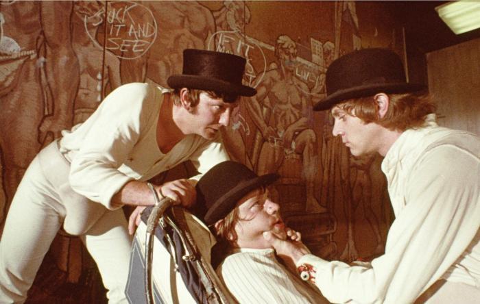 وارن کلارک در صحنه فیلم سینمایی پرتقال کوکی به همراه مالکوم مک داول و جیمز مارکوس