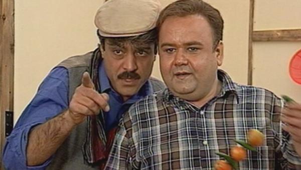 مصطفی راد در صحنه سریال تلویزیونی هتل پیاده رو به همراه اکبر عبدی