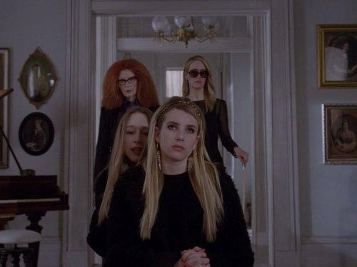 سارا پاولسون در صحنه سریال تلویزیونی داستان ترسناک آمریکایی به همراه Taissa Farmiga، فرانسیس کونروی و Emma Roberts