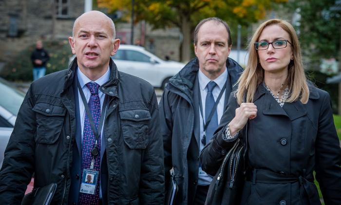 Vincent Franklin در صحنه سریال تلویزیونی وادی خوشحالی به همراه Katherine Kelly و Kevin Doyle