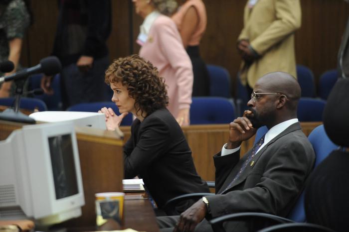 سارا پاولسون در صحنه سریال تلویزیونی داستان جنایت آمریکایی به همراه Sterling K. Brown