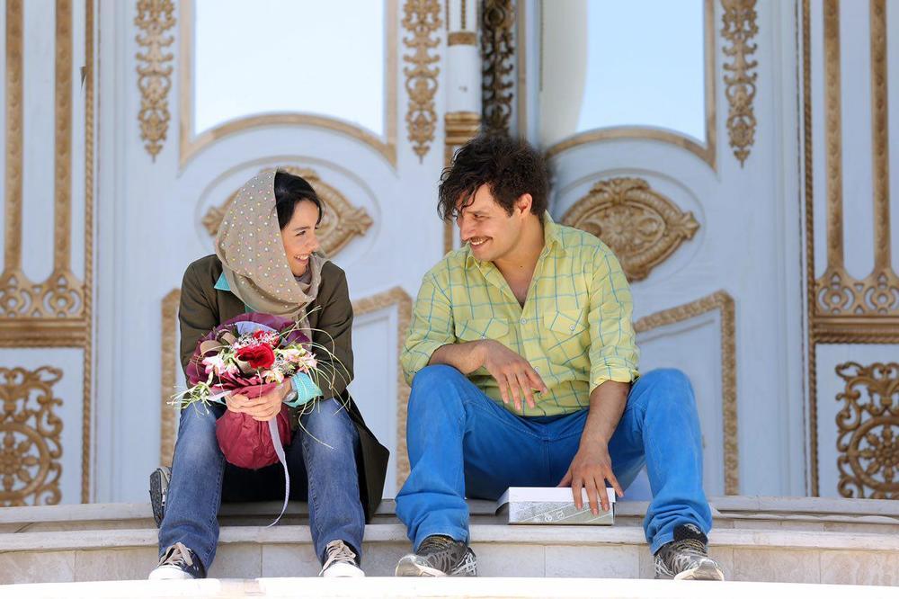 جواد عزتی و نازنین بیاتی در فیلم سینمایی آینه بغل