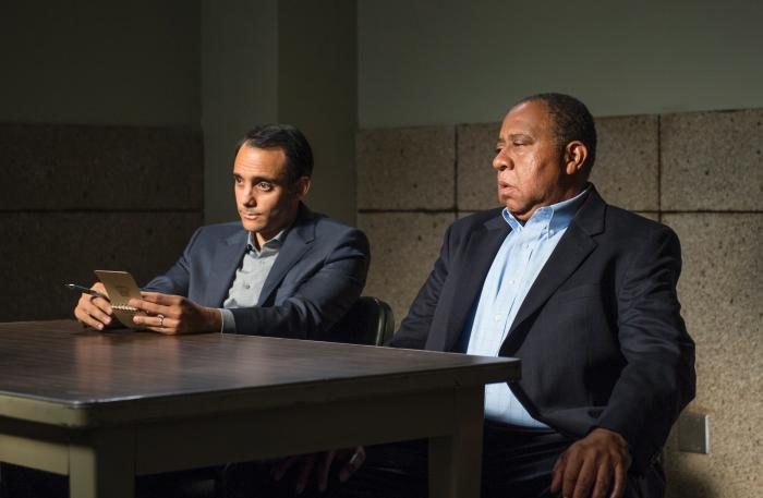 Omid Abtahi در صحنه سریال تلویزیونی بهتره با سال تماس بگیری به همراه Barry Shabaka Henley
