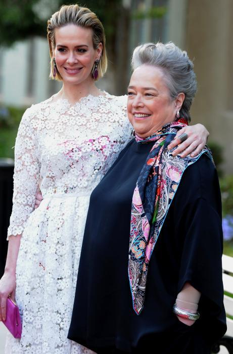 سارا پاولسون در صحنه سریال تلویزیونی داستان ترسناک آمریکایی به همراه کتی بیتس