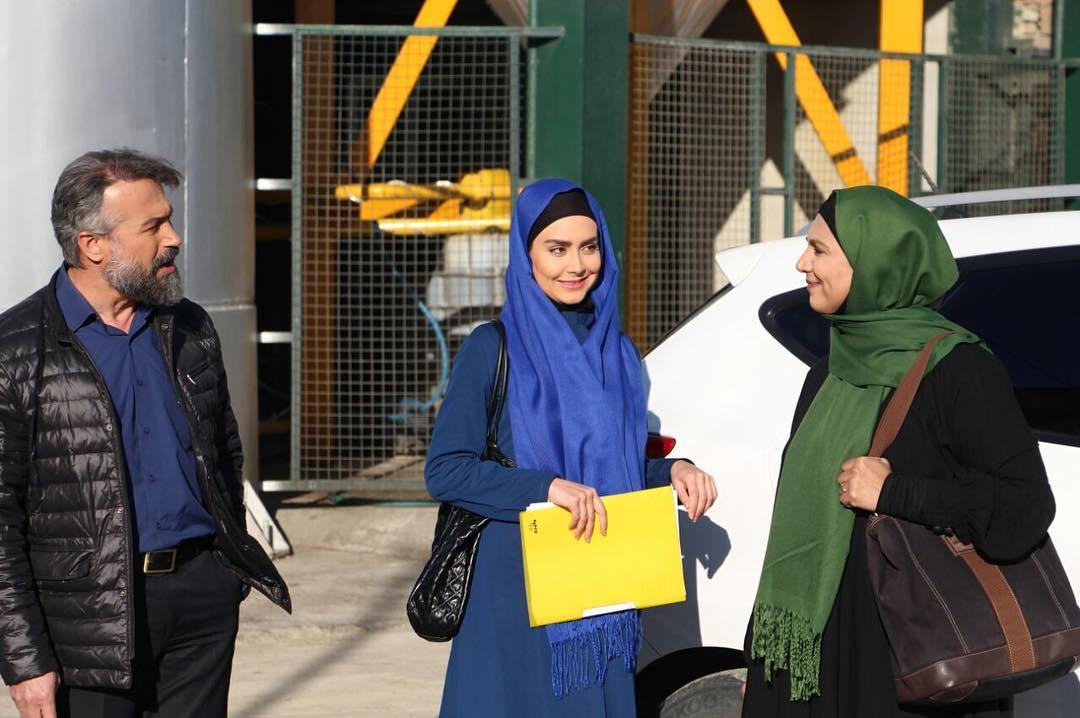 فرشته سرابندی در پشت صحنه سریال تلویزیونی دوردستها به همراه دانیال حکیمی و مریم خدارحمی