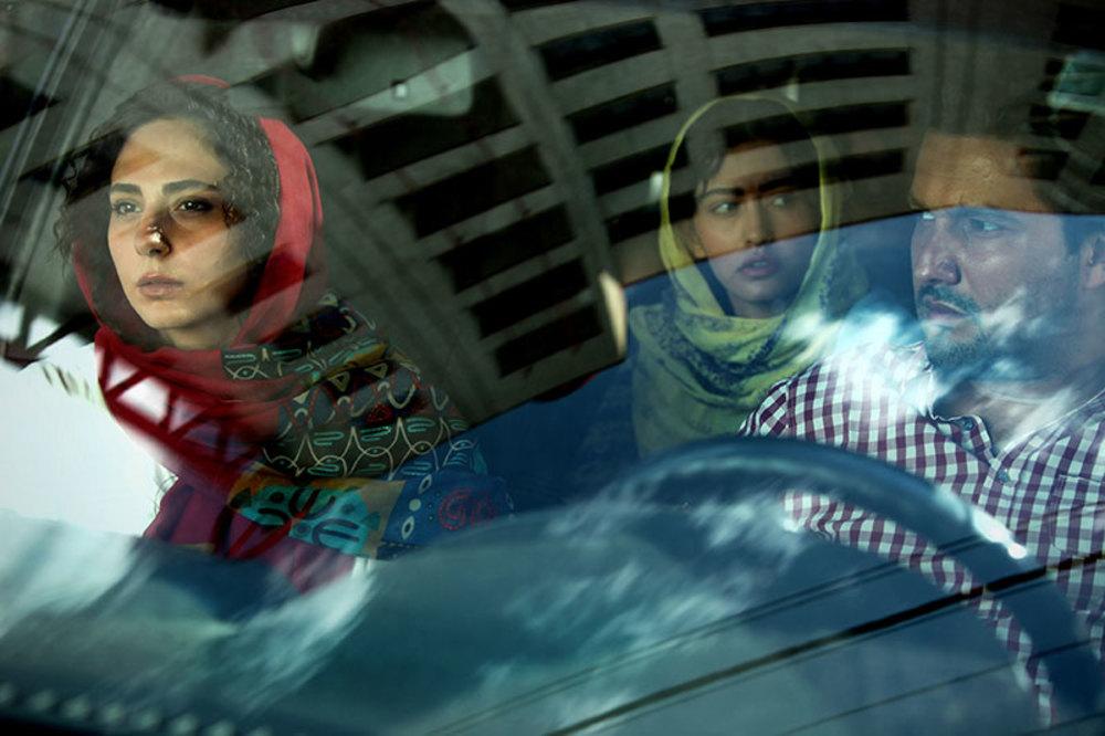 پردیس احمدیه و رعنا آزادیور در فیلم خانه دختر