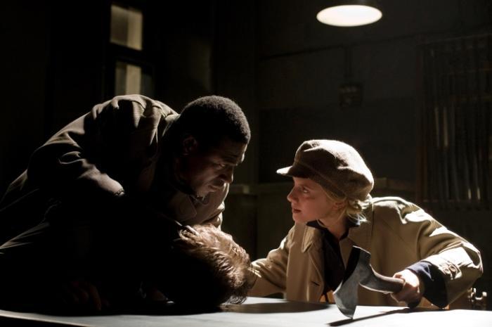 جکی آیدو در صحنه فیلم سینمایی پست فطرتهای لعنتی به همراه ملانی لارنت