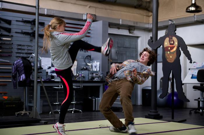 آرون تیلور جانسون در صحنه فیلم سینمایی کیک-اس ۲: گلوله ها به دیوار به همراه کلویی گریس مورتز