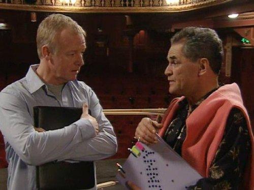 Les Dennis در صحنه سریال تلویزیونی Extras به همراه Gerard Kelly