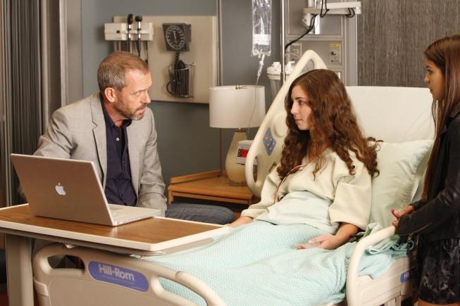 Bianca Collins در صحنه سریال تلویزیونی دکتر هاوس به همراه Hugh Laurie و Annabelle Attanasio