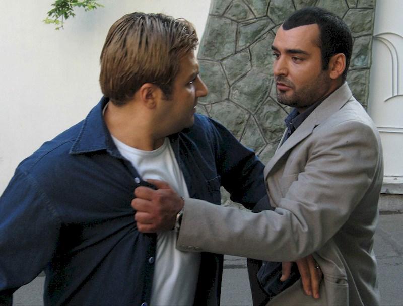 رامبد شکرآبی در صحنه سریال تلویزیونی آدمخوار به همراه شهرام عبدلی