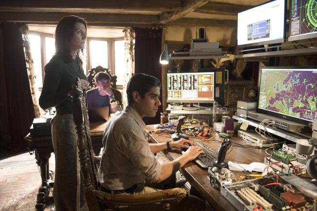 Sacha Dhawan در صحنه سریال تلویزیونی ۲۴: یک روز دیگر زنده بمان به همراه Liam Garrigan و میشل فرلی